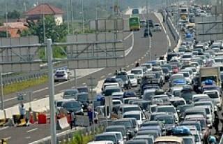Endonezya'da 12 kişi tıkanan trafikte beklerken...