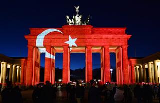 Tarihi Brandenburg Kapısı Türk bayrağının renklerine...