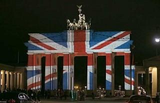 Brandenburg Kapısı İngiltere bayrağının renklerine...