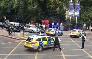 Londra'da araç kalabalığın arasına daldı!...