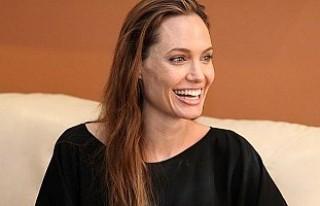 Angelina Jolie, genç müzisyenle aşk yaşıyor