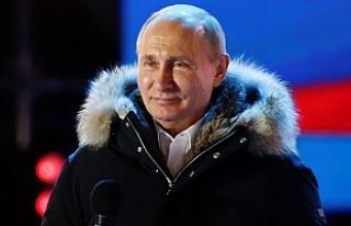 Seçimi kazanan Putin'den Kızıl Meydan'da...
