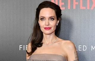 Angelina Jolie'nin yeni aşkı İngiliz şarkıcı...