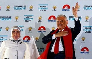 Başbakan Binali Yıldırım'dan Balkonda 'Kucaklaşma'...