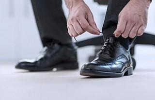 Etek altı görüntüsü çekmek için ayakkabısına...