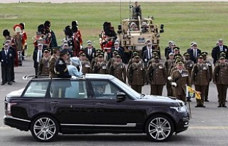 Kraliçe'nin ziyaret ettiği kışlada grup cinsel...