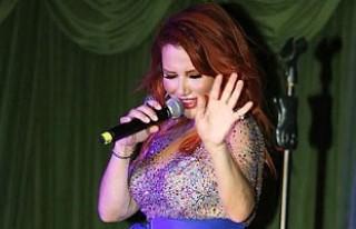 Ünlü Şarkıcı Deniz Seki, sahnede fırtına gibi...