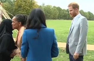 Prens Harry müslüman kadınla selamlaşırken zor...