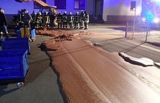 Almanya'da tanktan sızan bir ton çikolata yol...