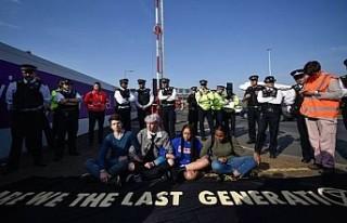 Eylemciler Londra'da protestolarını Heathrow...