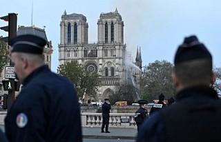 Fransa'dan 'Notre Dame Kurtarıldı'...