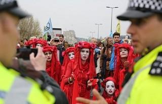 Londra'da çevrecilerin işgal eylemine polis...