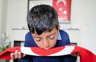 O çocuğa Türk bayrağı hediye edildi