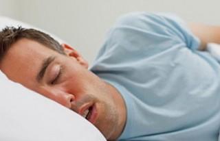 Geç uyuyanlar 'vücut saatini 3 haftada eğitip...