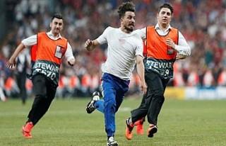 UEFA Süper Kupa maçında sahaya atlayan YouTuber...