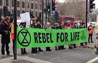 İngiltere'de çevreci aktivistler kendilerini...