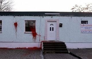 Almanya'da bir camiye boyalı saldırı düzenlendi