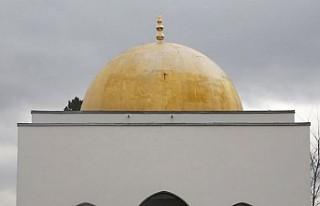 Fransa'da cami duvarına İslam karşıtı yazılar...