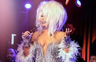 Diva sahnede göbek atarak kendinden geçti