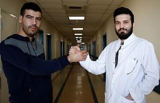 Çift kol nakledilen Yusuf ilk kez doktoruyla tokalaştı