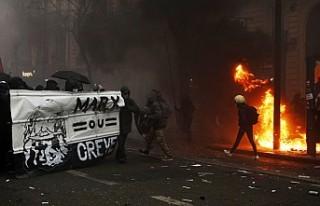 Fransa'daki emeklilik reformu protestoları şiddete...
