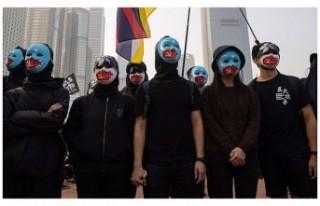Hong Kong'da protestocular Uygur Türklerine...