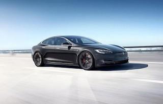 Tesla, Çin'de ürettiği ilk otomobilleri teslim...