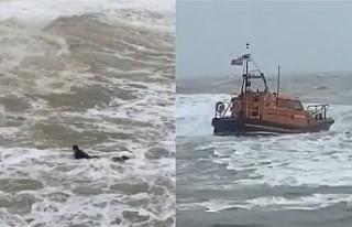 İngiltere'de dalgalar arasında kalan sörfçüyü...