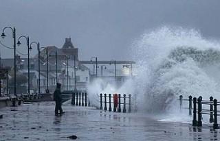 İngiltere Dennis fırtınasına karşı askerleri...