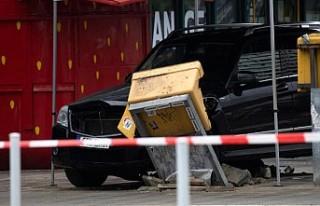 Berlin'de araç yayaların arasına daldı: 7...