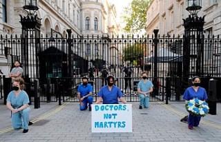 İngiltere'de sağlık çalışanları işlerine...