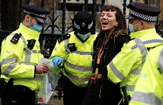 Londra'da Aşı Karşıtı Gösteriye Polis Müdahalesi