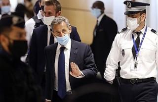 """Nicolas Sarkozy'ye """"Yolsuzluk"""" Suçundan,..."""