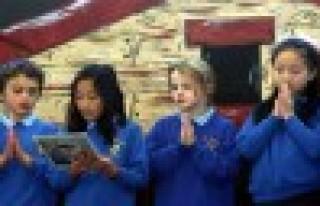 İngiltere 'okulda ibadet'i tartışıyor