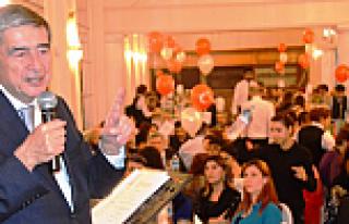 Onur Öymen, Londra'da Cumhuriyet Balosu'nda konuştu