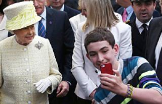 Sıkı güvenliğe rağmen Kraliçe ile selfie