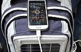 Sırt çantasındaki güneş paneliyle telefonunuzu...
