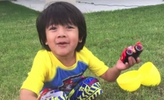 8 yaşındaki çocuk, youtube'tan 22 milyon dolar kazandı