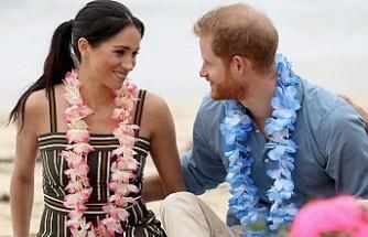 Prens Harry ile Meghan Markle, çiçekten kolyelerle yalın ayak sahilde