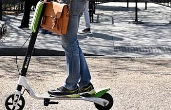Scooter'la hız yaparken yakalanan çocuğa, gelecekteki ehliyeti için altı ceza puanı