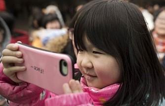 İki yaşındaki Çinli çocuk, telefon yüzünden görme kaybı yaşadı