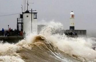İngiltere ve Galler'i Dennis fırtınası vurdu