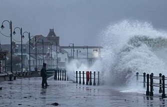 İngiltere Dennis fırtınasına karşı askerleri yardıma çağırdı