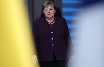 Merkel'in partisi 70 yılın en düşük oyunu aldı