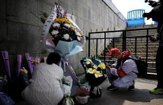 Çin'de hayatını kaybedenler için saygı duruşu