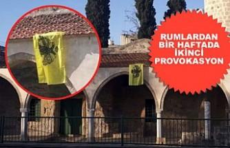 Kıbrıs Rum Kesimi'nde Camiye Bizans Bayrağı Astılar