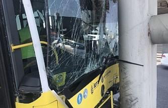 İETT otobüsü metrobüs köprüsüne çarptı: Çok sayıda yaralı var