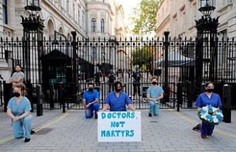 İngiltere'de sağlık çalışanları işlerine gidemiyor