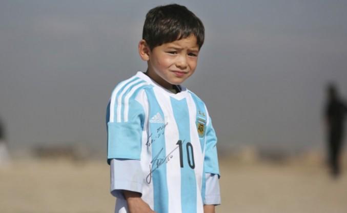 """Afgan """"küçük Messi"""" ve ailesi Taliban tehdidi nedeniyle yaşadıkları şehri terk etti"""