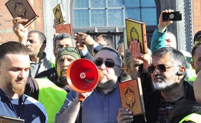 Müslümanlardan Kur'ana ve kutsal kitaplara saygı yürüyüşü